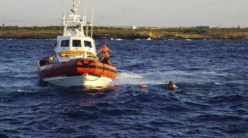 Nueve personas saltan del Open Arms para intentar llegar a nado a Lampedusa