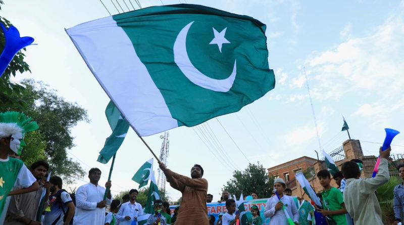 """El primer ministro pakistaní promete dar """"una lección a la India"""" en medio de la disputa sobre Cachemira"""