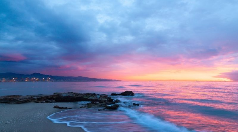 """""""Una mezcla de tristeza y alegría"""": la foto de un anciano llorando frente al mar se vuelve viral"""