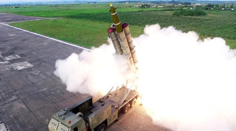 """Corea del Norte publica las primeras fotos del nuevo sistema lanzacohetes múltiple """"supergrande"""""""