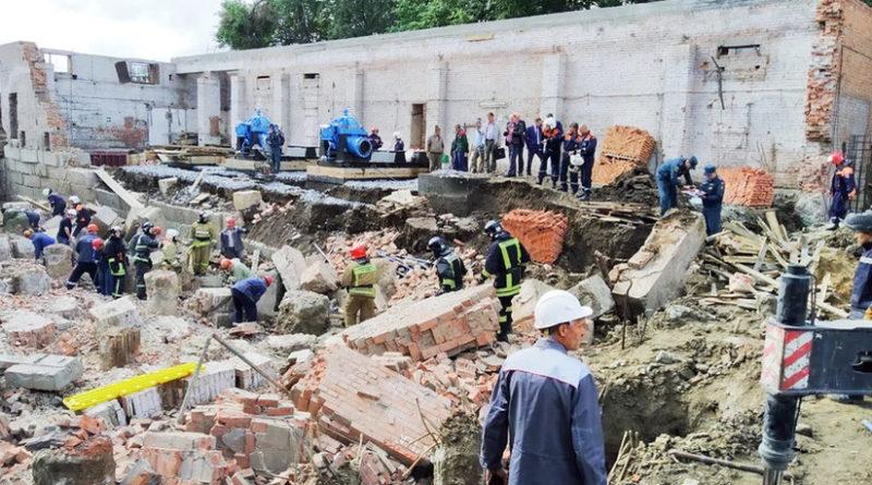 """Rusia: Un constructor rescatado y varios atrapados bajo los escombros de una construcción colapsada en Novosibirsk Las autoridades rusas han confirmado al menos dos muertos en un edificio en construcción de esa ciudad tras un accidente ocurrido este miércoles. Varios trabajadores seencuentranbajo los escombrosde una construcción en la ciudad rusa deNovosibirsk luego de queun muro en obras colapsara este miércoles. Según las autoridades rusas, una persona ha sidorescatadadel lugar del accidente, ubicado en el sur de la ciudad, y al menos dos personas han fallecido de las 12 que laboraban en el sitio. """"Hay muertos, no podemos decir el número exacto, perono menos de dos"""", ha avanzado un representante del Comité de Investigaciones de Rusia citado porTASS. El Ministerio de Defensa de Rusia (MCHS, por sus siglas en ruso),por su parte,confirma unode los fallecimientos y detalla además que una persona resultó herida. La compañía propietaria del lugar hainformadoposteriormente que varios de los constructores citados habían logrado evadir el colapso del muro, y actualmentedos personas permanecenbajo los escombros. Desde el MCHS indicaron quemás de 180 personas participan en las labores de rescate, así como 44unidades de equipo técnico, entre ellas cámaras termográficas y otros aparatos para la detección de signos de vida bajo los escombros. El suceso ocurrió a las 08:20 (hora local) en un edificio deuna planta. Las autoridades determinaron que el área de colapso comprende unos350 metros cuadrados. Evaluaciones preliminares no confirmadasseñalan como probable causa delsuceso una violación de las normas de seguridad en la realización de trabajos de construcción. Las autoridades hanabiertouna investigaciónbajo un inciso de ley relacionado con este tipo de violaciones."""