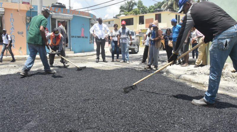 MOCP y ASDE inician asfaltado de calles en los sectores Maquiteria y Los Frailes Primero