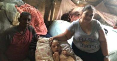 ATENCIÓN :Padres solicitan ayudas para su hijo postrado en cama
