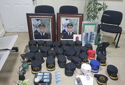 Allanan inmuebles en Santiago ocupan decena de gorras con insignias de distintos rangos, placas, carnets falsos