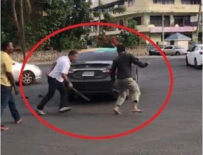Chofer de OMSA y carro público se enfrentan con un machete
