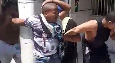 Ciudadanos sorprenden supuesto ladrón y lo amarran de poste de luz en Herrera