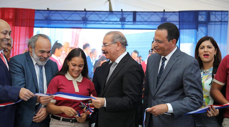 Danilo Medina entrega centros educativos en Salcedo