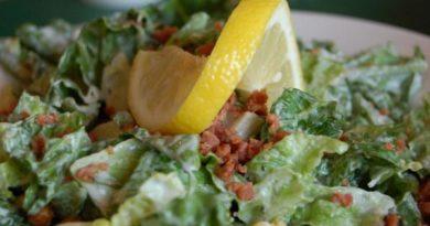 Preparar una ensalada césar con beicon y pollo