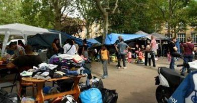 Familia dominicana entre latinos que acampan frente a una alcaldía en Francia, tras ser expulsados