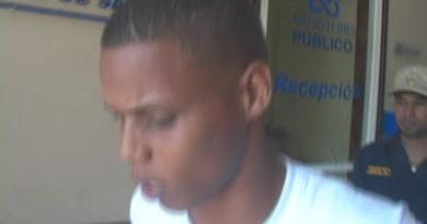 Joven se entrega a PN dice agentes DNCD le pusieron droga en San Juan