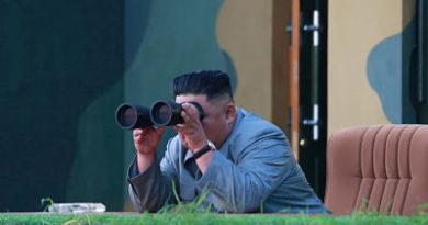 """Kim Jong-un supervisa el lanzamiento de prueba de una """"nueva arma"""" norcoreana"""