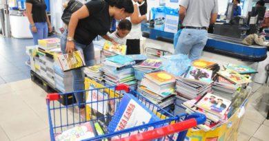 """ALERTA: """"Esto cada año es más caro"""", dice mujer mientras compraba útiles a horas de que se inicie el año escolar"""