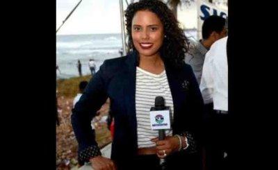 Periodista denuncia fue atacada en un carro de concho y se indigna porque la gente se detuvo a grabar