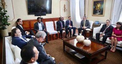 Presidente Medina se reúne con embajadora de EEUU, Pedro Martínez y representantes de la MLB