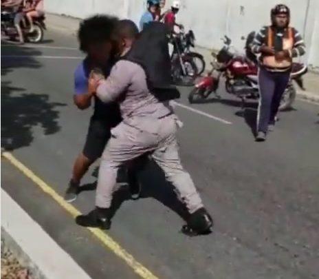 Joven se va a la trompada con agentes policiales