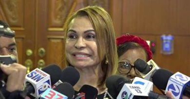 Senadora Sonia Mateo le saca el pie Reinaldo Pared y se va con Gonzalo Castillo seguidores del presidente del senado en la red la llaman Canguro político