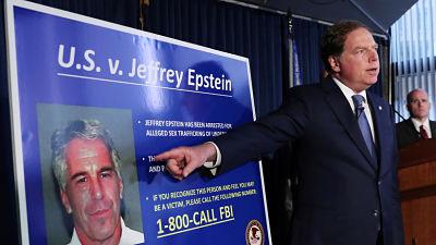 Supuesta esclava sexual de Epstein testifica que le ordenaron tener relaciones con políticos de EE.UU. cuando era menor