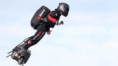 VIDEO: El 'soldado volador' francés logra cruzar el canal de la Mancha en 20 minutos