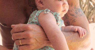 Orgulloso papá: Ricky Martin deja ver por primera vez la cara de Lucía, su bebé
