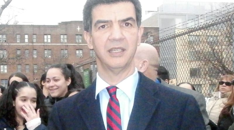 Concejal dominicano evalúa propuestas para comisionado de taxis y limosinas en Nueva York