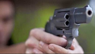 BANI: Hombre irrumpe en casa, mata joven a balazos y hiere a otra persona