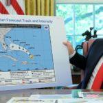 Trump muestra un mapa manipulado para validar un tuit erróneo sobre el huracán Dorian