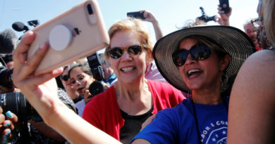 La precandidata demócrata Warren se toma 60.000 selfis con votantes y lo convierte en su principal estrategia electoral: ¿cómo le ayudaría a ganar?
