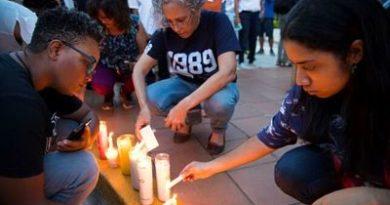 Decenas de dominicanos protestan contra feminicidios ante Procuraduría