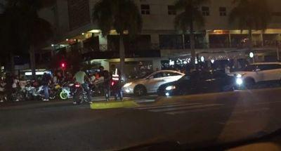 Denuncian jóvenes entorpecen el tránsito al hacer piruetas con motocicletas en Winston Churchil esquina Sarasota