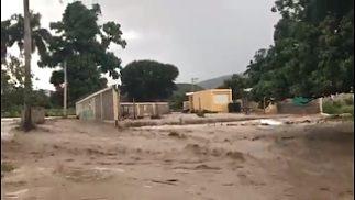 Desbordamiento de río destruye liceo, arrastra animales, motores y casas