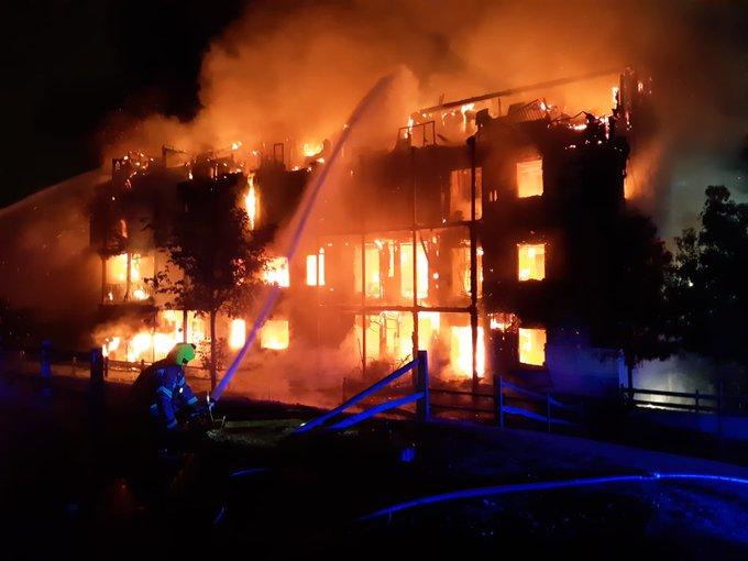 Un voraz incendio arrasa un edificio residencial en el Reino Unido mientras decenas de bomberos intentan controlar las llamas