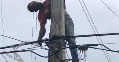 Hombre se electrocuta en poste tendido eléctrico de Barahona