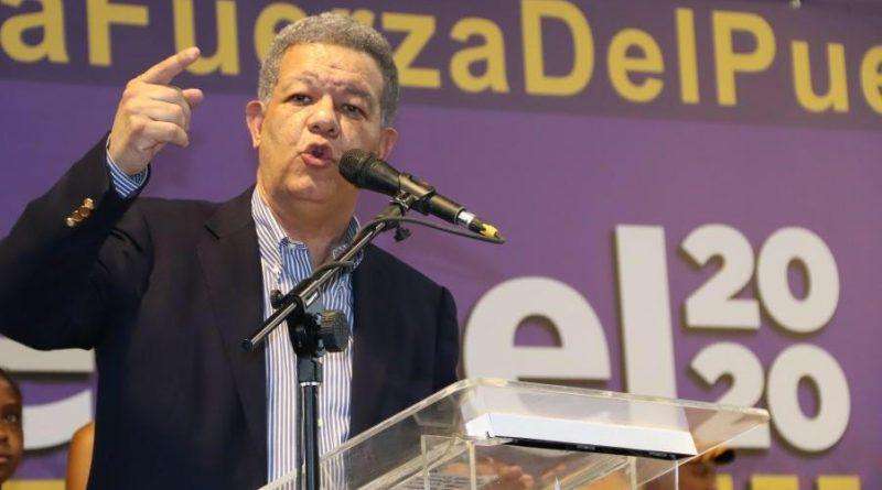 ATENCIÓN: Leonel Fernández inicia entrega dos millones carnés