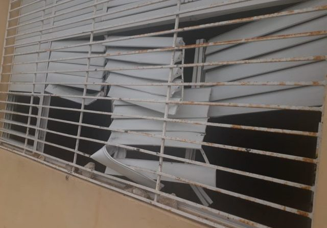 Policía apresa de dos por causar destrozos en Liceo de Barahona