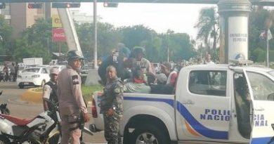 Policía retira a limpiavidrios de la 27 de Febrero con Máximo Gómez