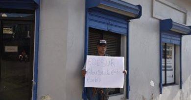 Regidor se encadena frente a oficina de Edesur en Barahona en contra de apagones