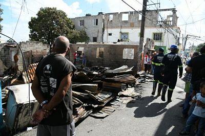 Una persona herida de gravedad durante incendio en el barrio 27 de Febrero