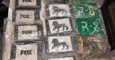 Decomisan 22 kilos de cocaína en equipajes y contenedores en el AILA