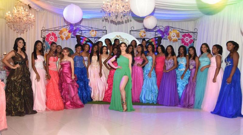 La Materialista celebra fiesta a veinticinco quinceañeras