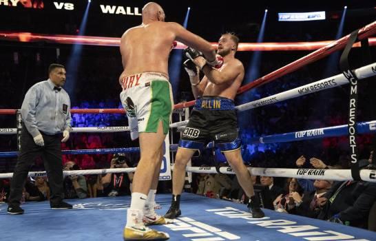 Tyson Fury derrota a Otto Wallin pese a un corte sobre el ojo