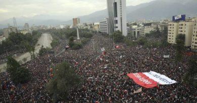 """La 'marcha más grande de Chile' suma a más de 1 millón de personas y se vuelve """"la mayor desde el retorno de la democracia"""" al país"""