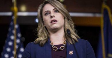 Renuncia la congresista de EE.UU. envuelta en un escándalo tras la publicación de sus fotos desnuda y aventuras con colegas