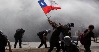 Cacerolazos y barricadas de fuego desafían los toques de queda en Chile