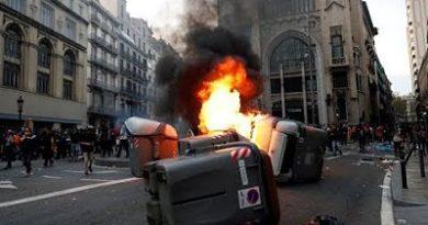 EN VIVO: Enfrentamientos entre la Policía y manifestantes provocan caos en las calles de Barcelona