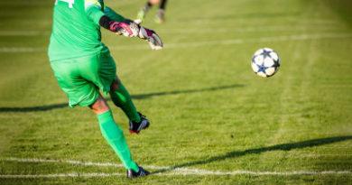 Un guardameta marca un golazo de tiro libre a lo Messi con un disparo 'a control remoto'