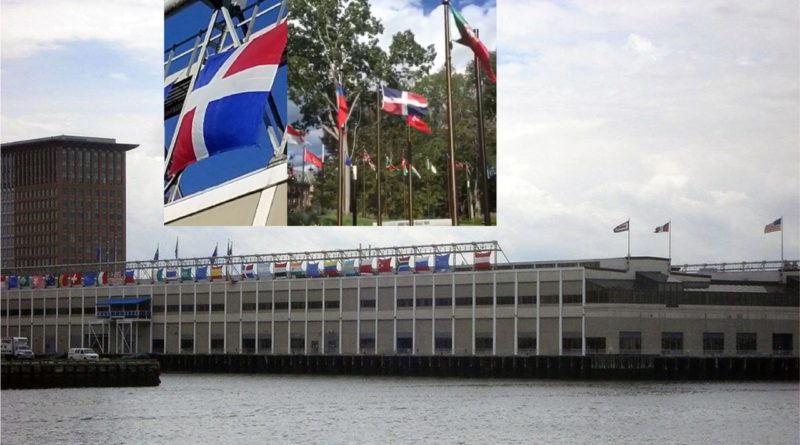 Otra bandera dominicana sin escudo se exhibe en el Centro Mundial de Comercio en Boston