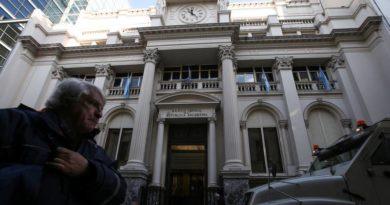 El Banco Central de Argentina limita el acceso a dólares para quienes viajen al exterior
