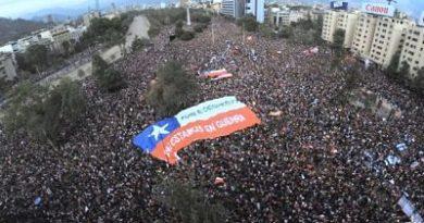 Decenas de miles de chilenos llenan las calles tras dos semanas de protestas