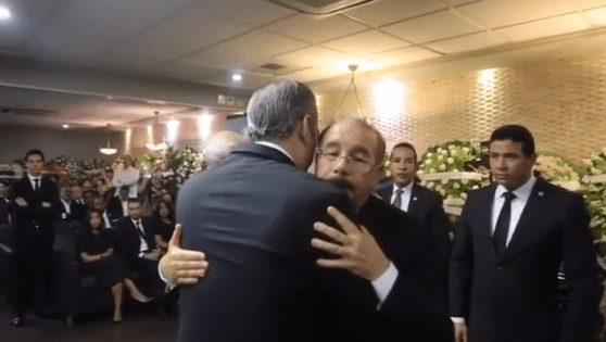Luis Abinader acude a funeraria a dar pésame al presidente Medina