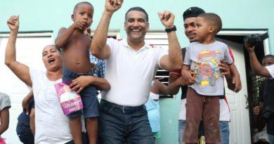 Luis Alberto escucha, camina y baila con sus vecinos de Villa Duarte